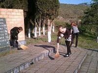 11 апреля учащиеся школы вышли на уборку территории памятника погибшим воинам.