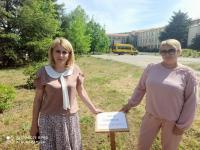 Выпускники 2021 года приняли участие в акции «Аллея памяти» совместно с руководителем территориального органа с.Приветное Фоминой Н.Н.